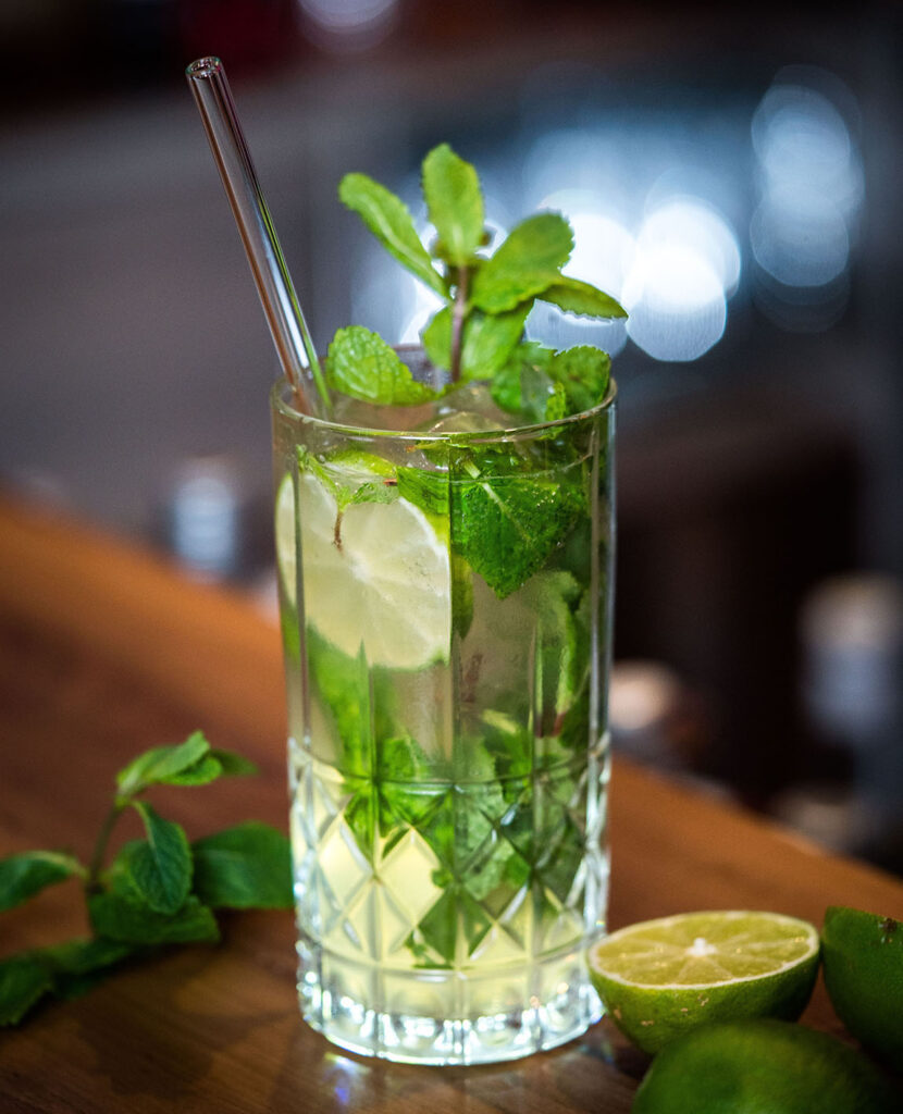 Glas Strohhalm im Cocktail